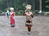 Еще у входа нас приветствуют девушки народности Тутя - местное нац.меньшинство.