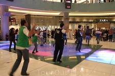 Так развлекаются в Дубай Молл (ТРК такой) в Дубаи. Танцуем на раз-два-три!