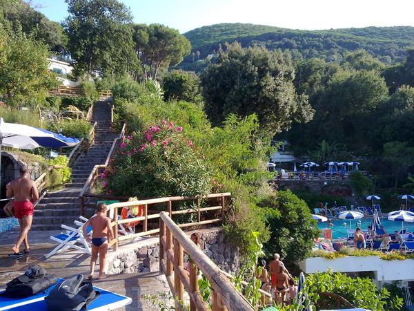 купание в горячих источниках острова Искья