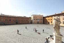 Пиза.  Площадь Кавальери. Справа скульптура  герцога   Козимо I  Медичи. Фото из соц.сети.