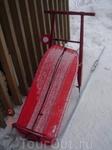 детские салазки - незаменимая вещь на зимнем отдыхе)