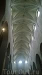 Удивительный потолок! Раньше свод был гораздо ниже, но собор неоднократно расширялся на протяжении всего средневековья.