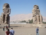Колоссы Мемнона  На просторной равнине, раскинувшейся вокруг Фив, между Нилом и Долиной Царей, можно видеть остатки монументальной аллеи, которая вела к храму Аменофиса III. Храм, к сожалению, исче