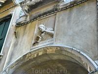 В XII веке по этой улице проезжал венецианский дож со своей свитой, в которой находился один предатель, намеревающийся убить дожа. В тот момент, когда ...
