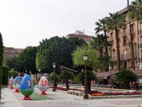 Поскольку шла пасхальная неделя, то на площади была выставка пасхальных яиц.