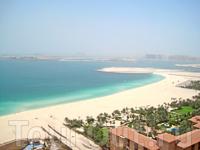 Jumeirah Beach. А вдали виднеется пальмовый остров (Palm Jumeirah) и отель Atlantis The Palm