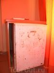 Вот такой вот холодильник имеется в номере, над ним кондишен и телевизорик висит в самом углу, плоский, стало быть смотреть его откуда, с тумбочки? Дневального ...