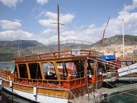 На такой яхте совершается прогулка на остров Кекова