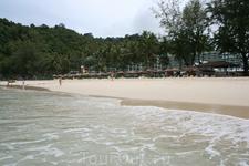 вид на пляж отеля из моря