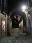 La Plaza del Mercado Chico отдыхает, ночь постепенно входит в свои права.