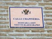 """Пополнила коллекцию табличек. Это гласит, что улица посвящена дону Висенте Бласко Ибаньесу. Надеюсь, это тот самый автор романа """"Кровь и песок"""", но в биографии ..."""