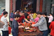 Храм Sanyuan после окончания службы прихожане смели все,что стояло на столе