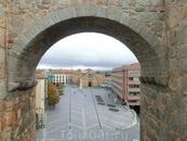 Фантастические виды с крепостной стены на город. Вот здесь, как на ладони, видна одна из городских площадей - площадь Святой Терезы и церковь Святого Петра ...