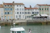В порту швартуется много яхт путешественников из разных стран