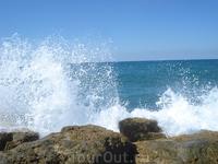 Тель-Авив. Шторм на море, волны разбиваются в брызги!