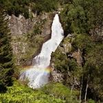 радуга над водопадом- означает везение туристам в путешествии)