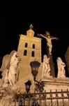 Кафедральный собор Авиньона и окружающие его скульптуры Иисуса и ангелов по бокам у подножия храма.