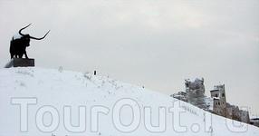 К 700-летию города Раквере на холме Валлимяги установили гигантскую фигуру тура.