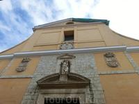 Iglesia de San Miguel y San Julián  (церковь Св Мигеля и Св Хулиана) находится на улице, как ни странно, Святого Игнасио. Вид у нее свежий, но, как оказалось ...