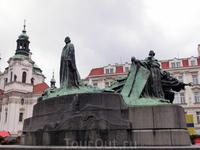 Посреди площади расположен памятник Яну Гусу, чешскому проповеднику и реформатору, сожженному за ересь в Констанце. Памятник, созданный скульптором Ладиславом Шалоуном, был открыт в 1915 г., в день 50