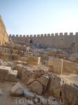 на 116-метровой скале возвышается акрополь Линдоса 6 в. до н.э..На 4 уровне храм Афины Линдии 550г. до н.э.. Он действовал до 396 г. н.э. кода византийский ...