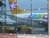 Аэропорт Храброво, отражение киля нашего самолёта в реконструированном фасаде терминала. Летим домой.