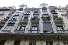 Тоже дом на Calle Mayor - резной, изящный, с балкончиками и ставнями.