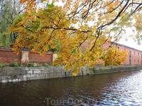 Каналы города и роскошные золотые листья