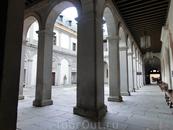 Далее мы попадаем во внутренний двор дворца. По крытой галерее прямо - вход в замок. Слева - вход в музей Королевского артиллерийского училища.