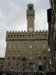 Палаццо Веккио -фасад. Строительство Дворца началось в 1294 году по проекту Арнольфо ди Камбио как крепость для защиты резиденции приоров - мощное квадратное ...