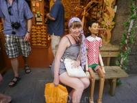 Италия - родина буратино (Пиноккио).  У магазина деревянных игрушек.