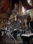 Надгробие св. Яна Непомуцкого обрамлено балюстрадой из красного мрамора со статуями, созданными из серебра.