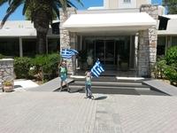 Вот такими флагами нас провожали при отъезде работники отеля