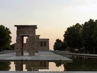 Закаты в Западном парке (parque del Oeste) у храма Дебод считаются такой же визитной карточкой Мадрида, как, например, Медведь с земляничным деревом. Так ...