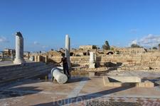 Кейсария. Разбитые римские колонны.