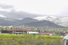 На вершинах гор ещё лежит снег...
