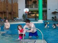 Ребенок хотела научится плавать, но... кстати, температура воздуха была 27, а вода холодная...
