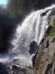 вдоль водопада можно прийтись, если не боитесь быть мокрыми)