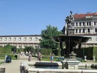 Перед залой расположен фонтан со скульптурной группой Венеры с Амуром и дельфином.