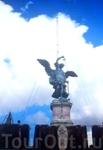 На его крыше сверкала скульптура Архангела Михаила