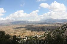 В живописной долине Лассити облака так  низко проплывают над землёй, что видна их тень