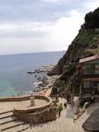 человеческий спуск на каменистый пляж) очень забавная ручка в доме справа.. ржавое такое кольцо и огромная входная дверь.. стоило больших сил сдержать ...