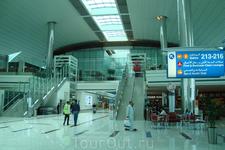 вечер - в залах аэровокзала не многолюдно