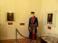 манекен одет, как зажиточный шляхтич и 2 портрета. Кто изображен - не помню. Кто-то из рода Радзивиллов