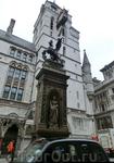 Статуя королевы Виктории расположена в нише памятника, установленного у входа в здание суда.