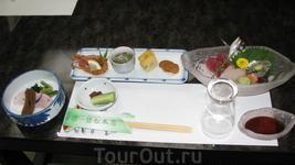 Такой ужин включает в себя множество маленьких порций рыбки, мяса и овощей