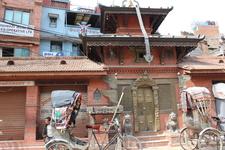 Среди современных построек повсюду встречаются старинные ступы, храмы, скульптуры
