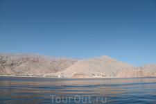 Вот такие виды сопровождали нас во время всего плавания. Чистейшая вода индийского побережья оманского моря около границы с Персидским заливом. Вода чистая ...
