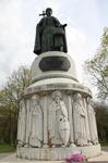 Памятник Святой равноапостальной княгине Ольге в центре Пскова