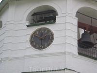 Суздальский Кремль. В конце XVII века на колокольне установили куранты, в которых часы обозначаются буквами. Сейчас они отремонтированы, и в кремле можно слышать их звон.
